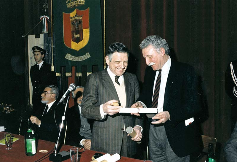 Il Presidente A.I.D.O. Rodari riceve la medaglia d'oro dal Ministro Degan